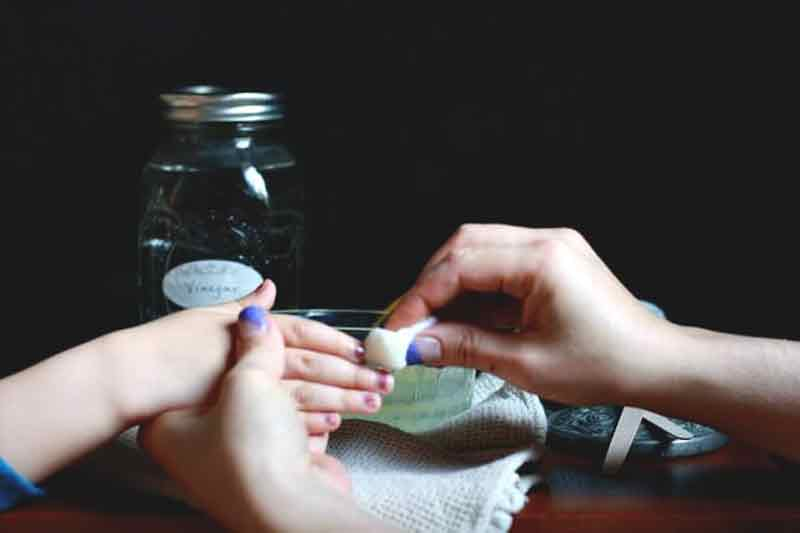 Diy non toxic nail polish remover pronounceskincare there are a few different methods that you can try solutioingenieria Images